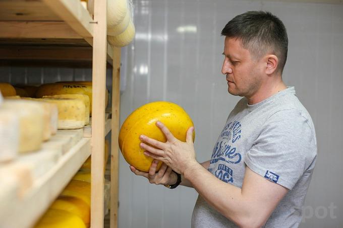 Обиджон Саттаров увлекся сыроделием как хобби, но отклики знакомых мотивировали открыть свою сыроварню. Он ушел с работы, чтобы развивать новый бизнес, завел чат и бот в Telegram для продаж и за год увеличил количество ежедневных заказов с 5 до 25−30.